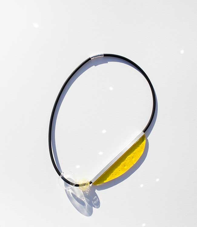 Collar de vidrio hecho a mano.